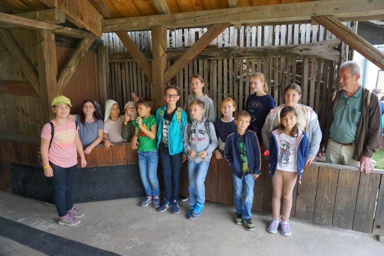 Ministranten kegeln im Dorfmuseum